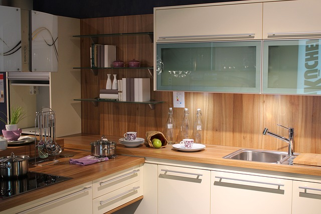 bílohnědá kuchyně, dřez, prosklené skříňky