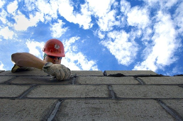dělník na stavbě