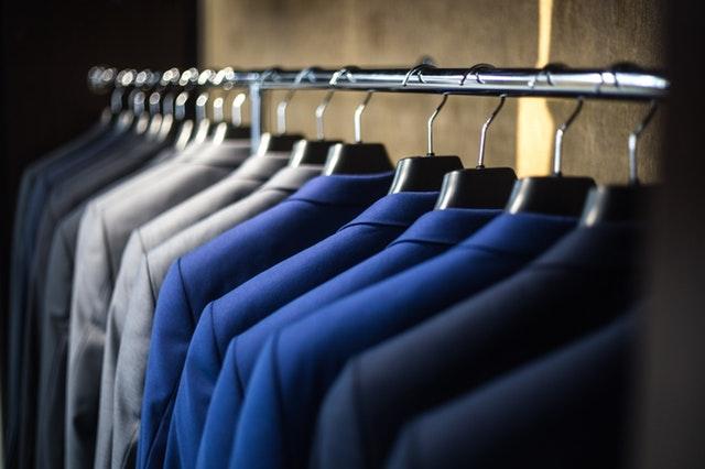 praktická tyč na pověšení šatů se ve skříni hodí vždy