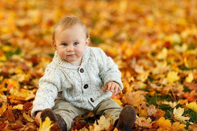sedící dítě